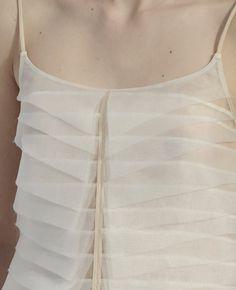 Chanel Spring/Summer 2012 spielte mit grafischen Elementen und femininer Transparenz. Vollkommen zeitlos!