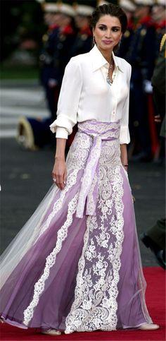 Long skirt and white shirt – love it Royal Fashion, Look Fashion, Modest Fashion, Fashion Outfits, Womens Fashion, Celebridades Fashion, Look Formal, Queen Rania, Estilo Fashion
