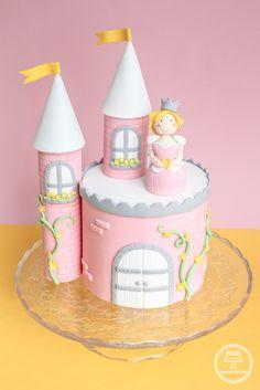DIY Anleitung für eine Prinzessinentorte: Ein Schloss mit romantisch verzierten Türmchen und einer Prinzessin als Caketopper.