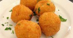 Τραγανές τυροκροκέτες με φέτα και… απολαύστε τες με λίγο λεμόνι! Υλικά για 15 τυροκροκέτες 100γρ. τυρί φέτα, θρυμματισμένη 130γρ. τυρί γκούντα, τριμμένο 10