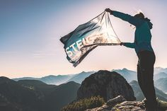 Ein inspirierendes Foto mit unserer tollen STEIGAUF-Flagge von einer begeisterten Bergsteigerin. Wir lieben diese Berg- und Wanderbilder von euch. 😍  #steigauf #adventures #nature #mountains #inspiration #motivation #bergsteiger #flags #hiking #ausblick #bluesky #wanderlust Mount Everest, Wanderlust, Action, Mountains, Motivation, Nature, Travel, Inspiration, Pictures