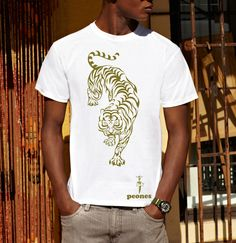 "Image of T-shirt Men/Unisex ""tIgRE STAmPA oRO"" in cotone oro su bianco Dupoppe by Peones"
