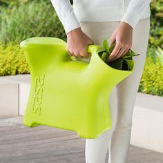 Sitzgießkanne Gießkanne, Hocker und Auffangkorb in einem. Ideal beim Jäten, Ernten, Renovieren und Putzen.
