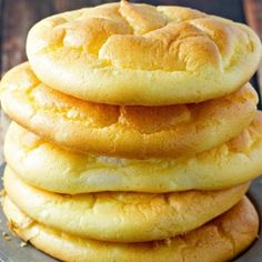 Cloud bread is soft and fluffy - like a cloud! It's a great substitute for 'regular' bread and is carb-free... Easy Cloud Bread Recipe, Easy Bread Recipes, Low Carb Recipes, Cooking Recipes, Pizza Recipes, Lowcarb Pizza, Good Food, Yummy Food, Food And Drink