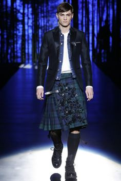See all the Collection photos from Autumn/Winter 2016 Menswear now on British Vogue Runway Fashion, Fashion Show, Mens Fashion, Fashion Design, Fashion Trends, Man Skirt, Style Masculin, Vogue, Men In Kilts