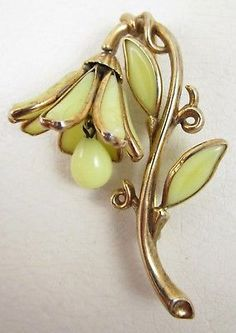 LOVELY-1950-s-TRIFARI-YELLOW-MOLDED-GLASS-FLOWER-PIN