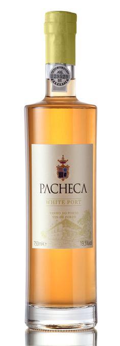 Der White Port wird aus Malvasia Fina, Códega, Gouveio und Viozinho hergestellt. Die Lese erfolgt in 25 kg-Kisten und die Trauben werden sofort in die Quinta transportiert, wo der Wein produziert und aufgespritet wird. Whiskey Bottle, Perfume Bottles, Drinks, Port Wine, Crates, Fruit, Wine, Flasks, Woman