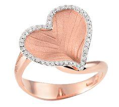 Красивое признание в любви, которое запомниться на всю жизнь. Золотое кольцо с бриллиантами в форме сердца – идеальный подарок, о котором мечтает каждая красавица. Украшение, с которым в сердце живет любовь, а глаза блестят от счастья.