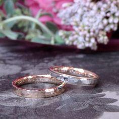 槌目春とコローレのマリッジリング それぞれのリングデザインだけれど、槌目はお揃い。 槌目部分には光沢を残してあるので、それぞれの面がキラリと輝きます。 [結婚指輪 wedding ウエディング marriage ring gold]