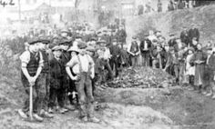 Children digging for coal during a miners' strike in century Sheffield, England © Sheffield Libraries, Archives & Information Pax Britannica, Hazel Park, Factory Work, 1880s Fashion, Theory Of Evolution, National Curriculum, Poor Children, Chimney Sweep, Working Class