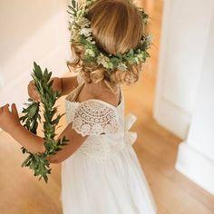 ¡Pequeñas damas de honor! Qué los niños no falten en las bodas. Hoy camino a Barcelona. Foto @dareksmietanaphotography vía @rockmywedding #weddingphotography #flowergirl #damasdehonor #niña #girl #lovely