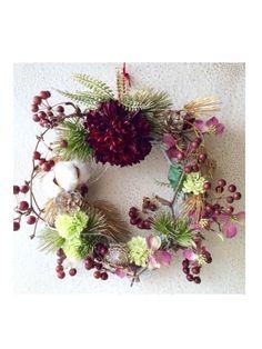 お正月飾り ダリア - kamiyu Fall Wreaths, Christmas Wreaths, Happy New Year, Floral Arrangements, Floral Wreath, Holiday Decor, Green, Flowers, Plants