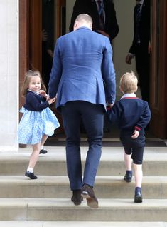 Prince George Photos - Prince William, Duke of Cambridge arrives with Prince George and Princess Charlotte at the Lindo Wing after Catherine, Duchess of Cambridge gave birth to their son at St Mary's Hospital on April 23, 2018 in London, England. The Duchess safely delivered a boy at 11:01 am, weighing 8lbs 7oz, who will be fifth in line to the throne. - The Duke & Duchess Of Cambridge Depart The Lindo Wing With Their New Son William Y Kate, Prince William, William Windsor, Baby Prince, Prince And Princess, Royal Princess, Duke And Duchess, Duchess Of Cambridge, Royal Families
