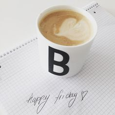 Mittagspause. Freitags. Mit dem ersten und einzigen Kaffee für heute. Dafür einem  perfekten. In ein paar Stunden ist der Arbeitstag vorbei es geht es für uns auf die Autobahn in Richtung NRW und ein Familienwochenende steht bevor. Ich wünsche euch ein ebenso tolles Wochenende - bald ist es da  #friday #mood #coffee #bezzera #designletters #kaffee #tgif