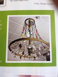 Lysekrone laget av gamle sykkelhjul pyntet med perler, glass, knapper og glansbilder!