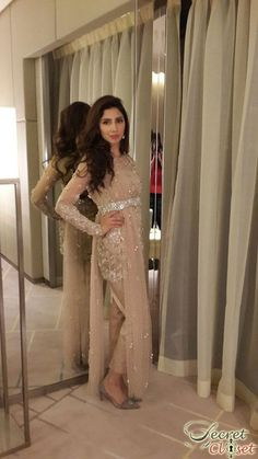Mahira Khan's Bin Roye is out now in cinemas and is apparently enjoying full house packed shows while Humaima Malick's Dekh Magar Pyar Se is releasing on August. Both stars have be… Beautiful Pakistani Dresses, Pakistani Formal Dresses, Pakistani Outfits, Indian Outfits, Mahira Khan Dresses, Indiana, Middle Eastern Fashion, Pakistani Models, Desi Clothes