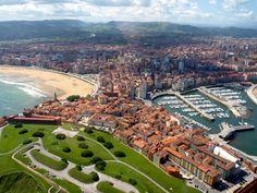 Barrio de Cimadevilla Gijón,Playa de San Lorenzo y el puerto deportivo.