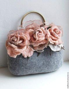 This is a handmade grey felt bag. I loved the detail of the big roses on the top, it is quite cute, but not for a party girl ensemble.Grey and dirty pinkthis idea would be pretty on a black clutch with red roses Nuno Felting, Needle Felting, Felt Flowers, Fabric Flowers, Sacs Tote Bags, Felt Purse, Denim Bag, Fabric Bags, Vintage Purses