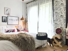 Matou heureux : son griffoir design agrémente la déco d'une chambre. Stylé, non ?    #griffoir #interiorforall #madecoamoi #chat Matou, Shag Rug, Bean Bag Chair, Rugs, Furniture, Design, Home Decor, Art Deco Style, Night Stand
