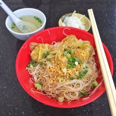 Burmese style #wonton noodles that's really our Singapore Bee Hoon (vermicelli in cantonese you would order this as 'mai seeen' instead of 'meeeeen' which means noodles) served with crushed peanuts, vinegar and fresh onions. I opted out of lightly blanched brains which is what the shop is famous for. 😱