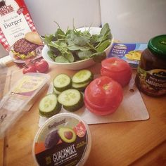 #PREPERATION!  Nope. Kein Salat.  #Burger #Guacamole #Parmesan #Gurke #Jalapeños #Spinat