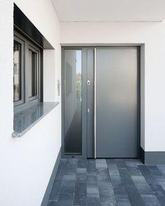 Die schlichte Eleganz des geschlossenen Türblattes, ganz im Stil der klassischen Moderne, in Verbindung mit ausgeklügelten Sicherheitsfunktionen macht diese puristische Haustüre zum zeitlosen Klassiker.