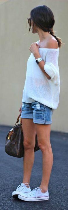 Short, blusa de hombro caído y tennis, un estilo natural perfecto para este…