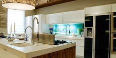 """Conheça as vantagens e desvantagens de ter uma cozinha com """"ilha"""" e prepare-se para escolher o melhor tipo de cozinha para sua casa e sua vida. Venha ver!"""