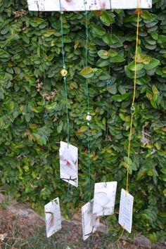 Pêndulos feitos com madeira de caixote, fio de linha de crochê e contas de papel. <br>Trazem poesias ou letras de música. <br>Faço por encomenda com a poesia e as flores que o cliente desejar. <br>As plaquinhas batem umas nas outras produzindo um som relaxante e agradável de se ouvir.