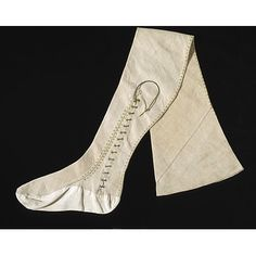 Slightly our of period but still interesting. Men's Stockings 1670, British, Made of linen. Notice the little lace that allows it to fit snugly even if it is made of not-so-stretchy linen