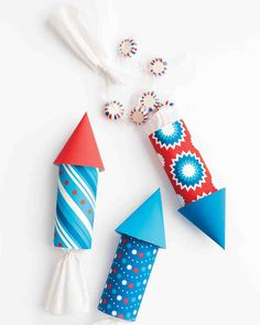 Rocket Favor Packaging These red, white, and blue decorations will add a festive touch to any Memorial Day or Fourth of July celebration. Send your party guests to the moon with these lively rocket favor packages for an Independence Day bash. 4. Juli Party, 4th Of July Party, Fourth Of July, Memorial Day, Blue Crafts, Arts And Crafts, Paper Crafts, Art Crafts, Holiday Crafts