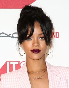 Rihanna in fab warm golden bronze skin tone + deep berry red lips makeup, bangs + top knot bun hairstyle at MAC Cosmetics and MAC AIDS Fund world premiere. Bangs Back, Straight Bangs, Hairstyles With Bangs, Straight Hairstyles, Perfect Ponytail, Rihanna Photos, Beautiful Buns, The Beauty Department, Top Knot