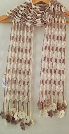 Esta bonita écharpe foi feita em crochet com fio de algodão. Eu chamo écharpe a um cachecol especialmente comprido. As pontas terminam num conjunto de pequenas e lindas flores trabalhadas em crochet. As cores representam os tons da natureza. O conjunto é muito bonito, leve e delicado. Material: fio 100% algodão. Dimensões aproximadas: 17 cm x 204cm. Todas as minhas criações são peças únicas.