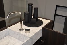 For deck-mounted faucets, the full-length washbasin of the MODULO30 vanity is supplied with technical tops, which provide a small counter space with a covered cutout for taps installation and drain inspection. Here displayed in Carrara marble and smoked oak.