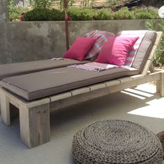 Pallet Garden Furniture Ideas for Functional Models In recent years, a deco trend of recovery has appeared and developed very quickly: garden furniture in pallets . We ended up making pallet furniture f. Making Pallet Furniture, Pallet Garden Furniture, Outdoor Furniture Plans, Diy Furniture, Furniture Assembly, Furniture Design, Outdoor Spaces, Outdoor Living, Outdoor Decor