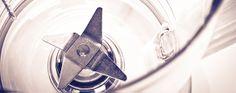 Para limpar liquidificador ou processador :  coloque 1L de água quente + 1 limão cortado ao meio com casca e bata por 1 minuto (o limão dissolve gordura, ajuda soltar restos de alimentos que ficam grudados nas laminas e deixa um cheirinho bom). Outra opção é triturar pedras de gelo com 2 colheres de bicarbonato + caldo de um limão também é ótimo para limpar as lâminas.