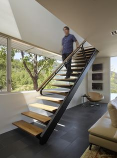 Shou Sugi Ban House by Schwartz and Architecture in Los Gatos, California - Escalier autoportant 2 points Modern Stair Railing, Modern Stairs, Home Stairs Design, Home Design, Stairs Architecture, Interior Architecture, Hotel Bedroom Design, Mobile Home Makeovers, Exterior Stairs