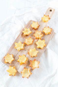 1 kg große Kartoffeln Öl Meersalz Plätzchenausstecher Stern Die Kartoffel Sterne könnt ihr ganz einfach nachmachen. Dazu schält ihr die Kartoffeln und schneidet sie in ca. 0,5 cm dicke Scheiben. Dann nehmt ihr einen Stern Ausstecher und stecht die Sterne aus. Anschließend bepinselt ihr sie mit Öl und streut etwas Meersalz darüber. Jetzt müsst ihr sie nur noch für etwa 20 Minuten bei 180°C Umluft backen und fertig sind eure Stern-Pommes! Und falls ihr euch jetzt fragt, was ihr mit den Resten…