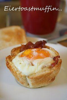 Man muss Toastscheiben mit dem nudelholz flach rollen, mit einer Dessertschüssel einen Kreis ausstechen (es war Sandwichtoast gefordert, geht aber auch mit normalem kleinen Toast!) - dieses Toastkreis in die gefettete muffinform drücken - Frühstücksbacon anbrutzeln und in den Toast geben - darauf vorsichtig ein Ei - 200° Ober/Unterhitze 20 min bis das Ei komplett gestockt ist - Salz und Pfeffer - fertig ! Sieht schön aus und schmeckt auch so :)