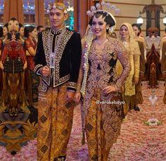 Wedding Reception Dress Black Ideas For 2019 Javanese Wedding, Indonesian Wedding, Malay Wedding, Traditional Wedding Dresses, Traditional Outfits, Vera Kebaya, Indonesian Kebaya, Wedding Loans, Kebaya Wedding