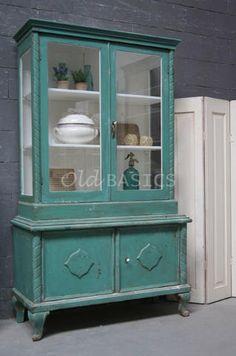 Buffetkast 10115 - Prachtige unieke oude buffetkast met een turquoise kleur. De kast is sierlijk afgewerkt en heeft een mooie geleefde uitstraling. Een plaatje om te zien!