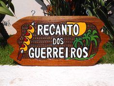 Placa Entalhada Decorativa Recanto dos Guerreiros, ilustradas com espeto de picanha, sol e coqueiros