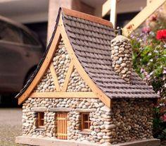 Taş evler, minyatür versiyonlarını peri bahçeleri için mükemmel hale getiren büyüleyici ve büyülü güzelliğe sahip! Peri evleri yapmak, tüm yaş grupları ve dekorasyon sevenler için uygun bir hobidir.