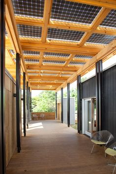 """Solar panels + sunshade in one. The bifacial solar panels above the breezeway collect direct sunlight from above and reflected light from below. Photo: Jim Tetro/ U. Department of Energy Solar Decathlon Nachhaltiges Design, House Design, Roof Design, Architecture Durable, Casas Containers, Solar Roof, Breezeway, Alternative Energy, Sustainable Living"