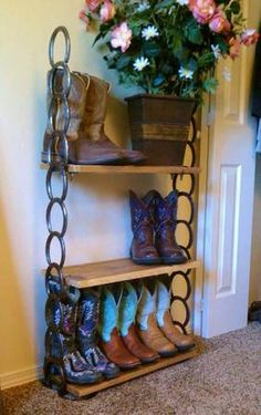 31 Epic Horseshoe Crafts to Consider In a Vibrant Rustic Decor - Western Decor Horseshoe Projects, Horseshoe Crafts, Horseshoe Art, Metal Projects, Welding Projects, Welding Ideas, Welding Crafts, Horseshoe Boot Rack, Lucky Horseshoe