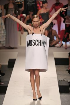 Moschino took its anniversary runway show as an opportunity to go crazy, sending out models in archival pieces and a paper bag and winning everything. Moschino, Teen Graphic Tees, T Shirt Painting, Summer Dress Outfits, Fashion Project, Shirts For Teens, Haute Couture Fashion, T Shirt Diy, Fashion Show