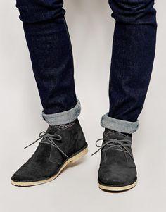 €63, Dunkelgraue Chukka-Stiefel aus Wildleder von Asos. Online-Shop: Asos. Klicken Sie hier für mehr Informationen: https://lookastic.com/men/shop_items/192300/redirect