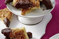 Nussecken Nussecken, a delicious recipe from the Baking category. Desserts Nutella, No Bake Desserts, Easy Desserts, Pastry Recipes, Baking Recipes, Cookie Recipes, Dessert Simple, Dessert Oreo, German Baking
