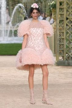 Celebrities at Fashion Week: Paris Couture and Beyond - Kaia Gerber in Chanel Chanel Couture, Chanel Runway, Haute Couture Dresses, Couture Mode, Couture Week, Kaia Gerber, Chanel Fashion, Couture Fashion, Fashion Show
