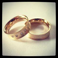 Aliança em Ouro amarelo e brilhantes  #gabrielaaiex #designerjoias #aliança #noivos #casamento #ouro #brilhantes #noiva #personalizada  www.gabrielaaiex.com.br